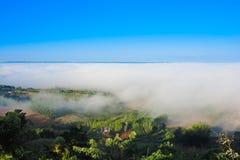Morgennebel auf dem Berg, nebelig im Winter, im Nebel und im clou stockfoto