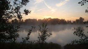 Morgennebel auf dem Fluss früh morgens Stockfotos
