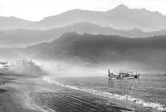 Morgennebel auf dem Strand Stockfoto