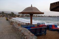 Morgennebel auf dem Strand in Dahab Lizenzfreie Stockfotos