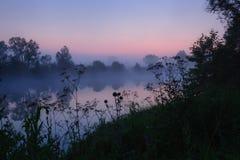 Morgennebel auf Fluss Stockbild