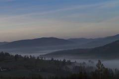 Morgennebel in den Bergen Stockfotografie