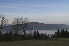 Morgennebel in den Bergen Lizenzfreies Stockbild