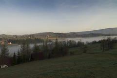 Morgennebel in den Bergen Stockbild