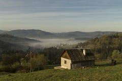 Morgennebel in den Bergen Stockfotos