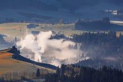Morgennebel im Tal in den österreichischen Alpen Lizenzfreies Stockfoto
