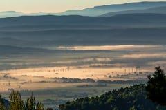 Morgennebel in Provence, Frankreich Stockbild