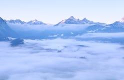 Morgennebel in Winter Alpen lizenzfreies stockfoto