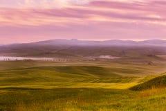 Morgennebelansicht über Ackerland in Toskana, Italien Stockbild