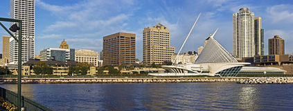Morgenpanorama von Milwaukee lizenzfreie stockfotografie