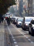 Morgenpendler, die gehen, durch Fahrrad zu arbeiten Lizenzfreie Stockbilder