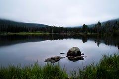 Morgenreflexion auf einem See Lizenzfreies Stockfoto