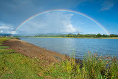 Morgenregenbogen auf bewölktem Himmel Lizenzfreie Stockfotos