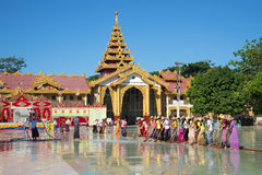Morgenreinigung der Pagode BO Tahtaung Yangon, Myanmar Lizenzfreie Stockfotos