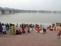 Morgenritual auf dem Hoogly-Fluss in Kolkata Stockfotos