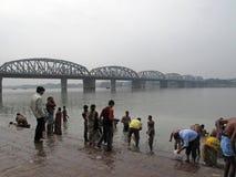 Morgenritual auf dem Hoogly-Fluss in Kolkata Lizenzfreie Stockfotografie