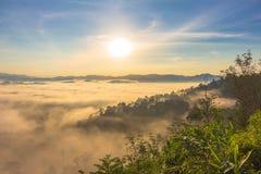 Morgens ist das kühle Wetter machen sich hin- und herbewegenden Nebel auf dem Berg als Meer des Nebels Lizenzfreie Stockfotografie