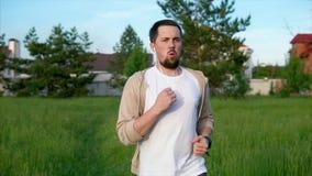 Morgens rütteln Männlicher Läufer in der Sportkleidung, die das Morgenrütteln tut stock footage
