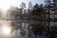 Morgens steigt Nebel, Dampf vom Teich vom Wasser, p stockfoto