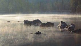 Morgensee und -nebel nach Sonnenaufgang stock video
