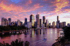 Morgensonne auf den hohen Aufstiegsgebäuden des Brisbane-` s Zentralgeschäftsgebiets lizenzfreie stockbilder