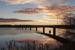 Morgensonne auf einer Brücke mit reflektierendem Wasser Stockfotografie