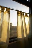 Morgensonne scheint in einem Fenster Stockfotografie