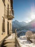Morgensonne und -Bergdorf im Winter Lizenzfreie Stockfotografie