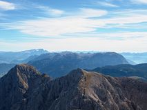 Morgensonne zwischen scharfen Felsen, alpine Klippe über Tal Stockfotos