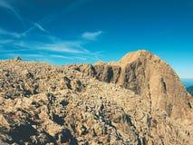 Morgensonne zwischen scharfen Felsen, alpine Klippe über Tal Stockfoto