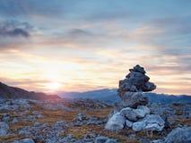 Morgensonne zwischen scharfen Felsen, alpine Klippe über Tal Tagesanbruch Sun Lizenzfreie Stockfotografie