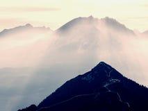 Morgensonne zwischen scharfen Felsen, alpine Klippe über Tal Tagesanbruch Sun Lizenzfreies Stockfoto