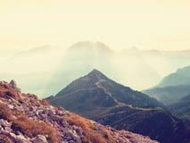 Morgensonne zwischen scharfen Felsen, alpine Klippe über Tal Tagesanbruch Sun Stockfoto