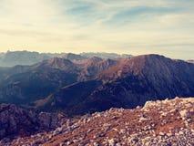 Morgensonne zwischen scharfen Felsen, alpine Klippe über Tal Tagesanbruch Sun Stockfotografie