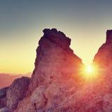 Morgensonne zwischen shar Felsen, alpine Klippe über Tal Tagesanbruch Sun Stockfotos
