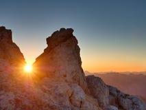 Morgensonne zwischen shar Felsen, alpine Klippe über Tal Tagesanbruch Sun Stockfoto