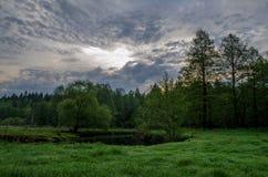 Morgensonnenaufgang über dem Wald und dem Fluss Lizenzfreie Stockbilder