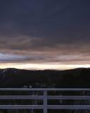 Morgensonnenaufgang über den entfernten Bergen von Skihäuschen balcon Lizenzfreie Stockfotografie