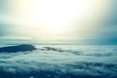 Morgensonnenaufgang auf Berg mit Nebelmeer- und Baumhintergrund Lizenzfreies Stockfoto