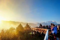 Morgensonnenaufgang, drastische Wolke von Meer und von Yushan-mounatin unter hellem blauem Himmel im AlishanAli-Bergnationalpark, Stockbild