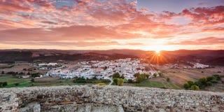 Morgensonnenaufgang im Dorf von Aljezur. stockfoto