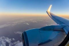 Morgensonnenaufgang mit Flügel eines Flugzeuges Foto angewendet am touri Lizenzfreie Stockbilder
