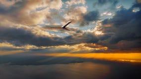 Morgensonnenaufgang mit Flügel eines Flugzeugfliegens über dem Ozean Lizenzfreies Stockfoto