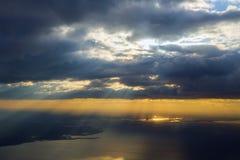 Morgensonnenaufgang mit Flügel eines Flugzeugfliegens über dem Ozean Lizenzfreie Stockbilder