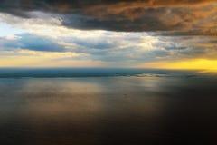 Morgensonnenaufgang mit Flügel eines Flugzeugfliegens über dem Ozean Stockbild