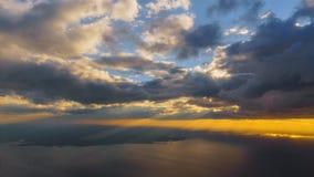 Morgensonnenaufgang mit Flügel eines Flugzeugfliegens über dem Ozean Lizenzfreie Stockfotografie