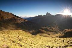Morgensonnenlicht über alpinen Spitzen stockfoto