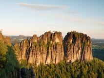 Morgensonnenlicht auf felsigen Türmen von Schrammsteine im Nationalpark Sachsen die Schweiz, Deutschland lizenzfreie stockfotografie