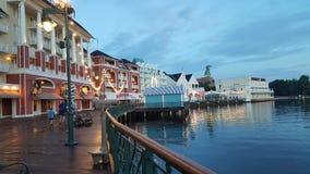 Morgenspaziergang auf Disney-` s Promenade lizenzfreie stockfotos