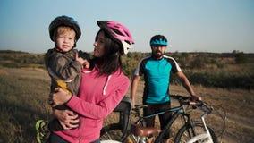 Morgenspaziergang eines glücklichen verheirateten Paars auf Fahrrädern stock footage